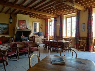 La salle de classe de lancienne Mairie-Ecole est devenue le salon-salle à manger de notre gîte.